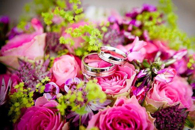Fleurs roses et alliances
